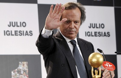 El cantante Julio Iglesias recoge el premio a toda su carrera, en el Instituto Cervantes.