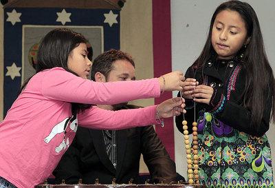 Dos niñas del colegio de San Ildefonso durante un ensayo del Sorteo de la Lotería de Navidad