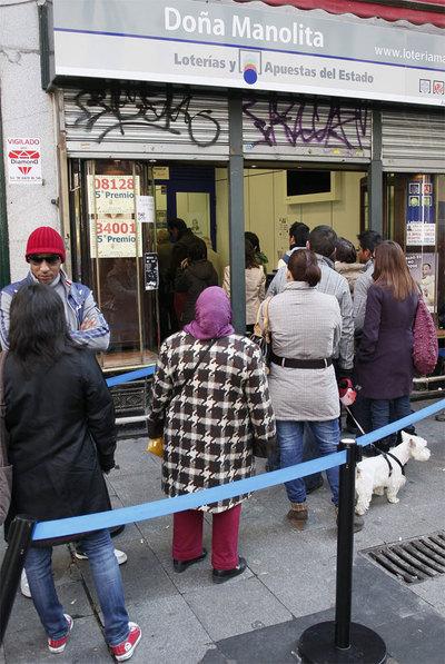 Ni el frío otoñal ni la posibilidad de adquirir un décimo de lotería por Internet lograron evitar ayer las largas colas en la emblemática administración de Doña Manolita, en la madrileña calle del Carmen, para adquirir lotería de 'El Niño'.