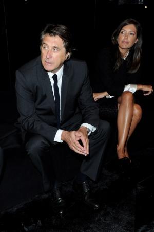 El cantante Bryan Ferry y su esposa Amanda Sheppard en un desfile de Dolce & Gabbana durante la semana de la moda de Milán.