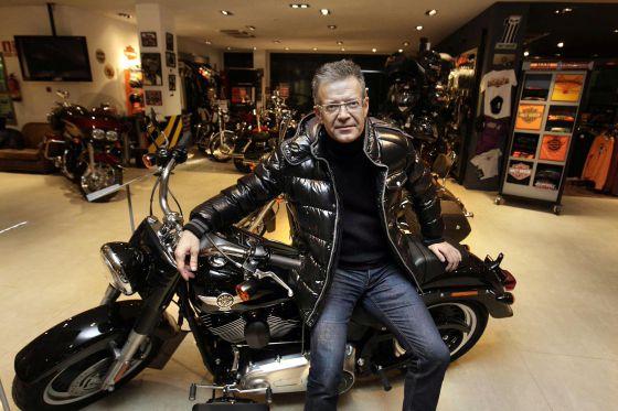 Joan Piqué, el padre del futbolista, en la tienda Harley Davidson de Barcelona