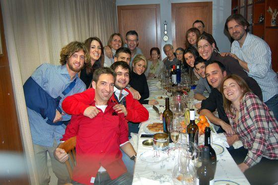 Foto de familia, la pasada Navidad. Shakira y Piqué rodeados por los padres, tíos, hermano y primos del jugador. Al fondo, la abuela Lina.