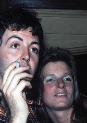 Paul McCartney con su primera mujer, Linda, en 1972.