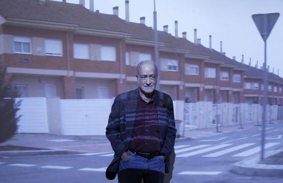 German Hans Haacke stands in front of a video at his Castillos en el aire show, about the property bubble in Ensanche de Vallecas, at the Reina Sofía Museum this week.inmobiliaria que critica abiertamente en esta muestra, surgida tras su visita el año pasado al Ensanche de Vallecas.(DVD 542)