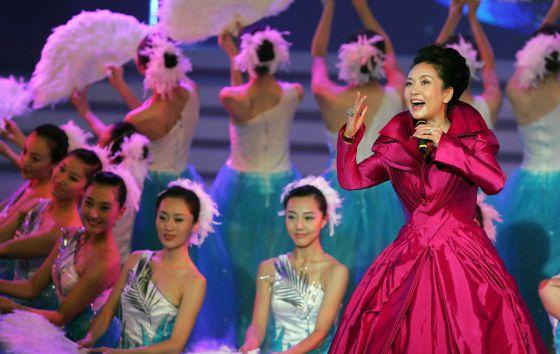 La cantante Peng Liyuan durante una actuación en Hong Kong, en 2006.