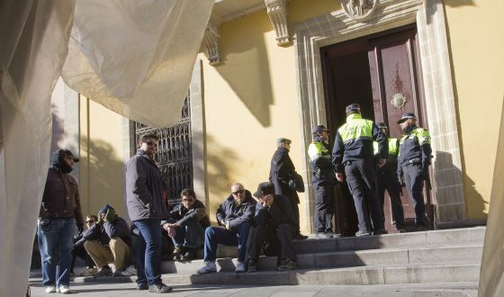 Union reps outside the doors of Jerez City Hall earlier this month.