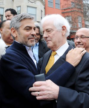 George Clooney y su padre, Nick, ante la embajada de Sudán, en Washington.