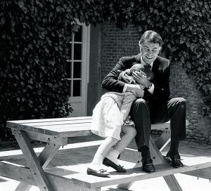 María, en el jardín de la casa, refugiándose en los brazos de su padre Felipe González.