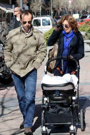 La vicepresidenta, Soraya Sáenz de Santamaría, paseando con su marido y su bebé por las calles de Madrid, el pasado 13 de febrero