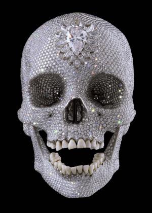 El precio de fabricación de la escultura de 2007 'Por el amor de Dios', con 8.601 diamantes incrustados, rondó, según Hirst, los 17 millones de euros. El artista asegura que la vendió el mismo año a un consorcio anónimo por unos 60, algo que algunas voces del mundo del arte han puesto en duda.