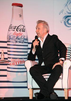 Jean Paul Gaultier, durante la presentación de las nuevas botellas de Coca-Cola light.