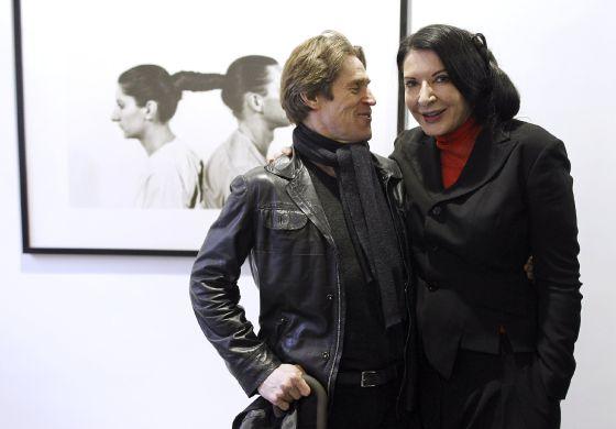 Marina Abramovic, en La Fábrica Galería, acompañada del Willem Dafoe