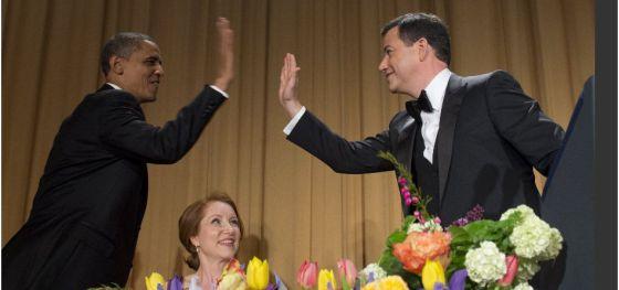 Barack Obama saluda al humorista Jimmy Kimmel en la cena de corresponsales de la Casa Blanca.