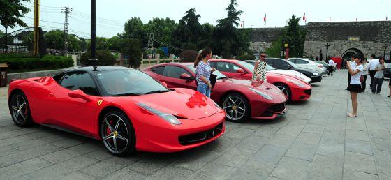 Fotografía en Nankín del Ferrari que causó la polémica