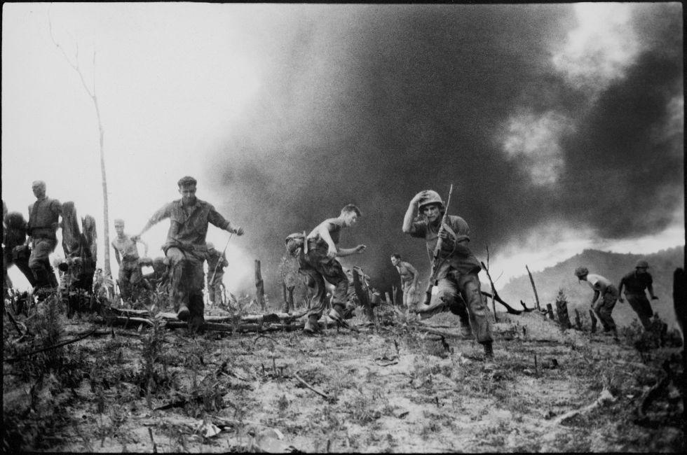 Un grupo de soldados estadounidenses corren tras el derribo de un helicóptero CH.46 en la zona desmilitarizada entre Vietnam del sur y del norte, el 15 de julio de 1966.