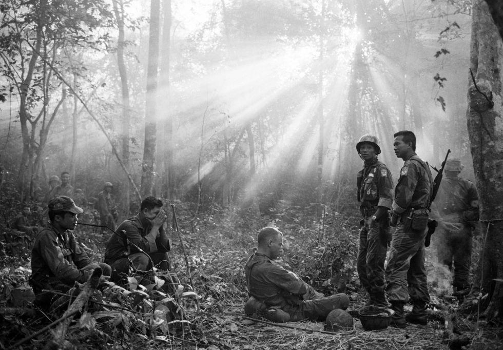 Una patrulla de Vietnam del Sur, acompañada de asesores militares estadounidenses, descansa en medio de la jungla, cerca de la localidad de Binh Gia, a 65 kilómetros al este de Saigón, en enero de 1965.