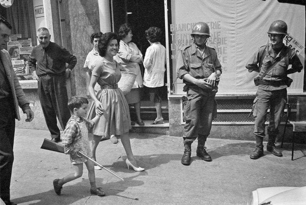 Una madre y su hijo pasan delante de soldados franceses en la plaza de la Bastilla de Orán, Argelia, en una imagen datada en 1962.