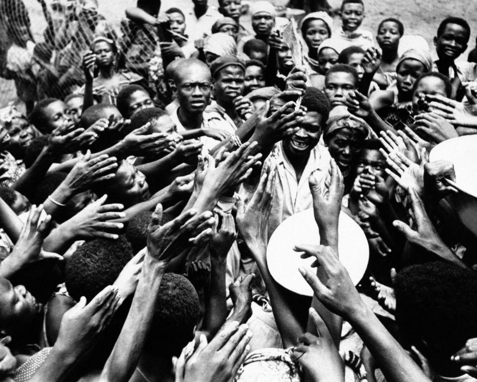 Horst comenzó su carrera como fotógrafo en 1951 en la agencia Keystone. En 1960 dio el salto a la americana AP, para cubrir conflictos en colonias europeas como los de El Congo o Argelia. En la imagen, tomada el 26 de enero de 1961, un grupo de personas alzan sus manos para hacerse con las raciones que distribuye un militar congoleño.