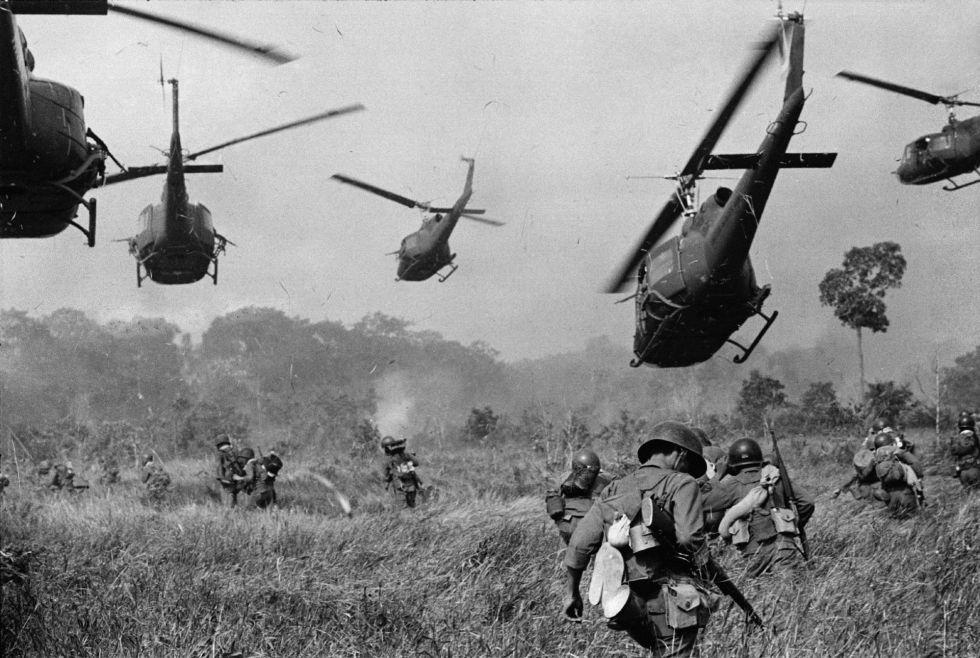 Helicópteros estadounidenses abren fuego sobre los árboles para facilitar el avance de soldados a pie, en una imagen tomada en marzo de 1965 cerca de Tay Ning, con la frontera camboyana.