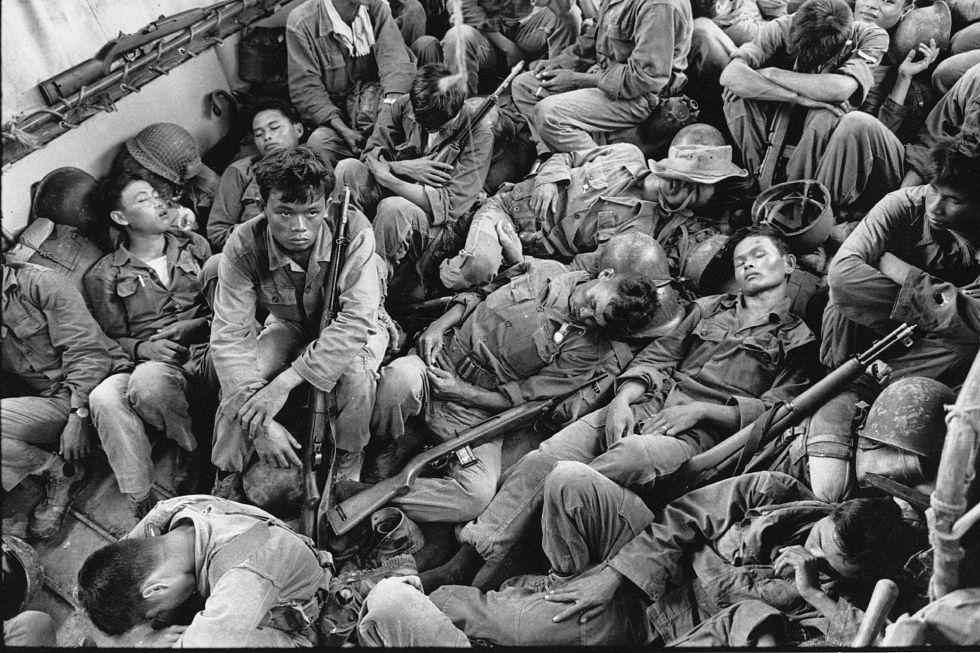 Soldados de Vietnam del Sur son trasladados en un buque de la Armada estadounidense camino hacia su base en Ca Mau, en agosto 1962