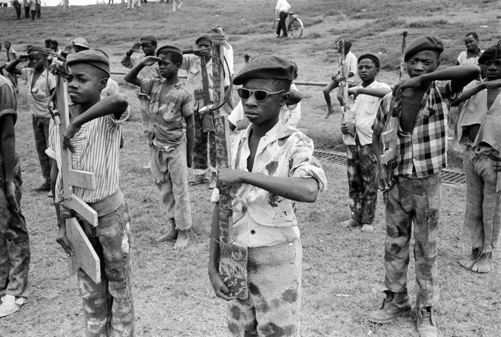 Niños soldado del Movimiento Katangese de Juventud reciben instrucción militar en Elisabethville, Congo, en una imagen tomada en noviembre de 1961.
