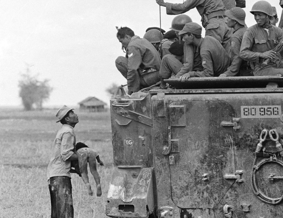 Un padre muestra el cadáver de su hijo a un patrulla de Vietnam del sur. El niño murió mientras las fuerzas gubernamentales avanzaban hacia las posiciones de la guerrilla, cerca de la frontera con Camboya. La imagen, tomada el 19 de marzo de 1964, fue una de la que le valió su primer premio Pulitzer.