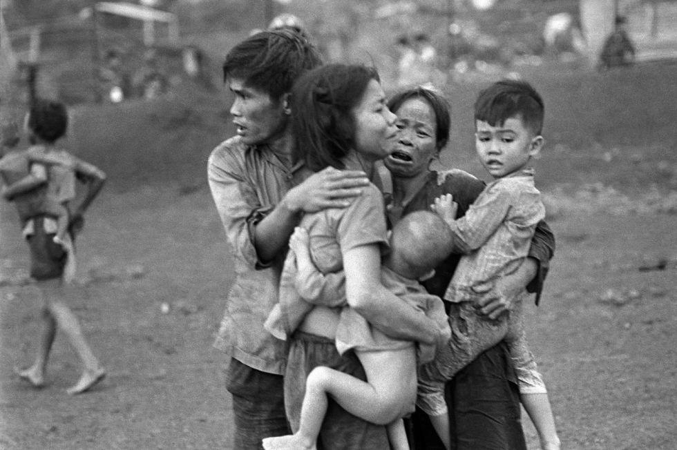 Civiles vietnamitas, entre los pocos que lograron sobrevivir al ataque de varios días de las fuerzas gubernamentales de Vietnam del Sur sobre la localidad de Dong Xoai, en junio de 1965.