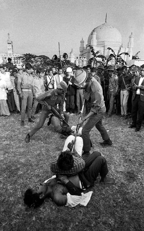 El segundo Pulitzer de su carrera lo logró en 1972, por su trabajo en Bangladesh junto al fotógrafo Michel Laurent. Ambos fotógrafos de AP siguieron a la guerrilla independentista en diciembre de 1971 y retrataron como torturaron a sus prisioneros.