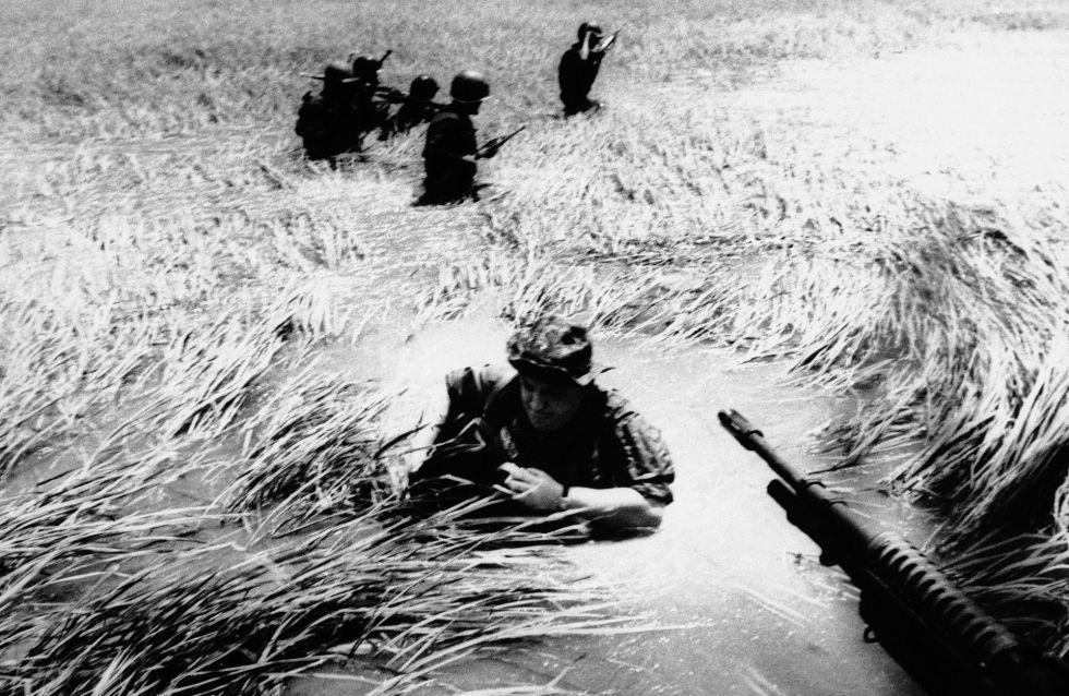 El fotógrafo Horst Faas, en medio de una laguna, trata de subirse a un helicóptero, en una imagen tomada el 11 de mayo de 1965.