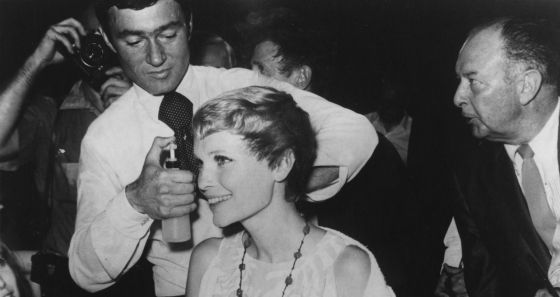 En 1968, cortando el pelo a Mía Farrow ante la prensa como parte de la estrategia promocional de La Semilla del Diablo, que rodaría con Polanski