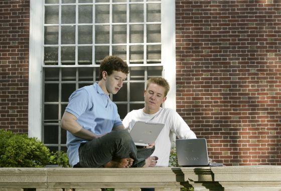 Mark Zuckerberg y Chris Hughes (derecha), dos de los cuatro fundadores de Facebook, fotografiados en Eliot House, en la Universidad de Harvard, en mayo de 2004.