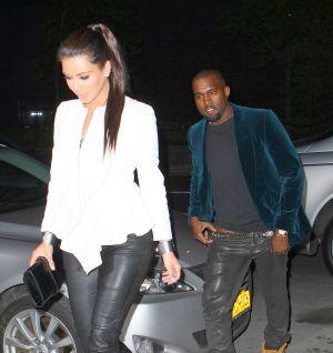 Kanye West, subiéndose los pantalones, al bajar de un taxi junto a Kim Kardashian en Nueva York, el 27 de abril.