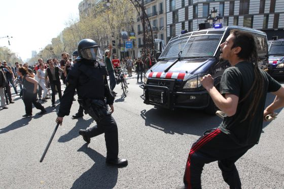 Mossos and demonstrators face off in Barcelona on the day of the general strike in March.