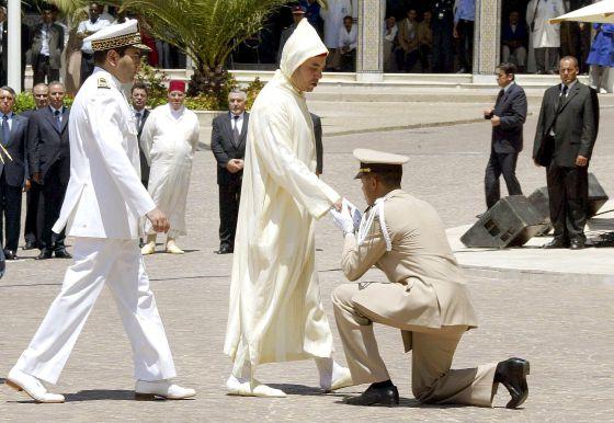El rey Mohamed VI presidiendo, en compañía de su hermano, la Fiesta del Trono en Tánger (Marruecos).