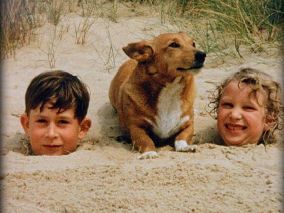 El príncipe Carlos y la princesa Ana jugando en la arena en la playa de Norfolk, en el verano de 1957.rn