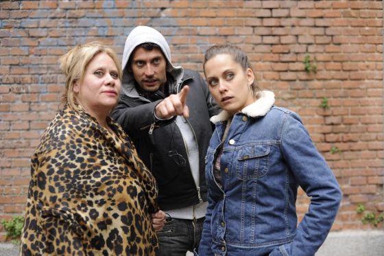 Paco León with his mother Carmina (left) and sister María, during the filming of 'Carmina o revienta.'