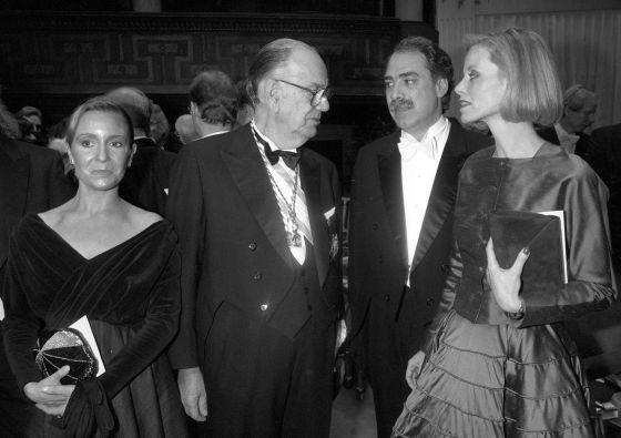 """DICIEMBRE, 1989. Cela llegó a Estocolmo arropado por Marina Castaño; su hijo, Camilo José Cela Conde; la entonces esposa de este, Giselle (en la imagen, ambos a la derecha); la infanta Cristina y el ministro de Asuntos Exteriores Francisco Fernández Ordóñez. El flamante Nobel se manifestó cansado: """"Jodido pero contento. Esto de la popularidad se lleva al principio bien, pero luego muy mal."""" En el banquete, el Nobel hizo un brindis en español. Citó a Cervantes y brindó por los reyes de Suecia, y como este pueblo """"ama la paz"""", terminó brindando por la paz."""
