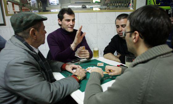 Iker Casillas, jugando una partida de Mus con unos amigos en el bar El Mata, en Carabanchel, en febrero de 2006