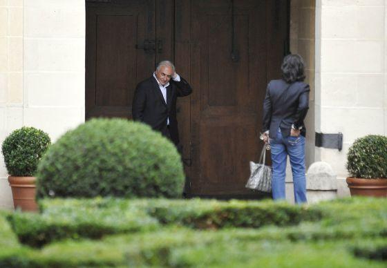 El matrimonio formado desde hace 20 años por DSK y la periodista se acerca a su fin. Según la prensa francesa, la directora de Le Huffington Post invitó al político a irse de la casa común hace un mes. En la imagen, en su domicilio en la Place des Vosges, París, en septiembre.