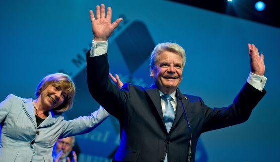 El presidente de Alemania, Joachim Gauck, y su compañera, la periodista Daniela Schadt, el 21 de mayo, en la apertura de las olimpiadas especiales de Múnich. Él no está divorciado de su esposa, de la que se separó en 1991.