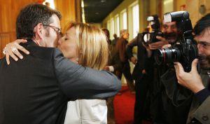 Alberto Núñez Feijóo besa a Carmen Gámir en los pasillos del Parlamento justo después de ser nombrado presidente de la Xunta de Galicia. Se conocieron cuando ella trabajaba en la delegación madrileña del diario 'La Región'.