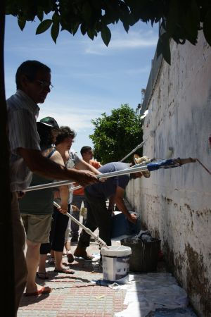 Higuera volunteers painting the walls of an old sports center.