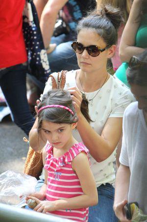Katy Holmes con su hija Suri, en el Central Park de Nueva York, el 11 de julio de 2012.