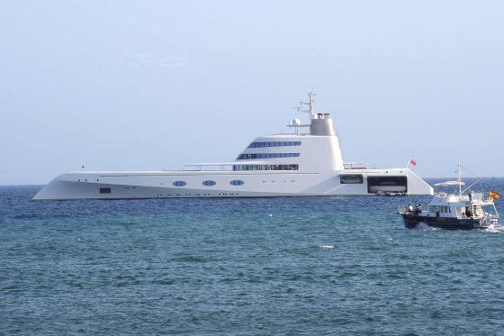 El barco 'A' del millonario Andréi Melnichenko, uno de los más lujosos del mundo, ayer en aguas de Marbella.
