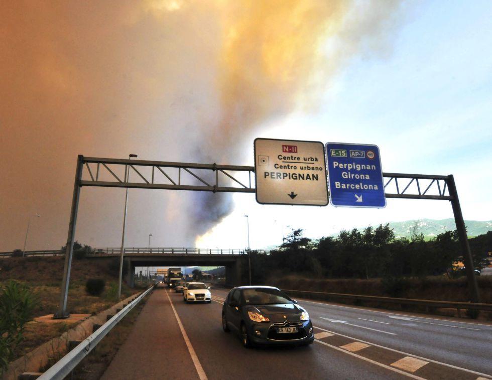 Columna de humo del incendio forestal que se ha declarado hacia las 13 horas en La Jonquera (Girona), vista desde la N-II, en la localidad gerundense. El incendio que ha quemado 150 hectáreas, avanza con mucha intensidad debido al fuerte viento de tramontana que sopla en la zona.