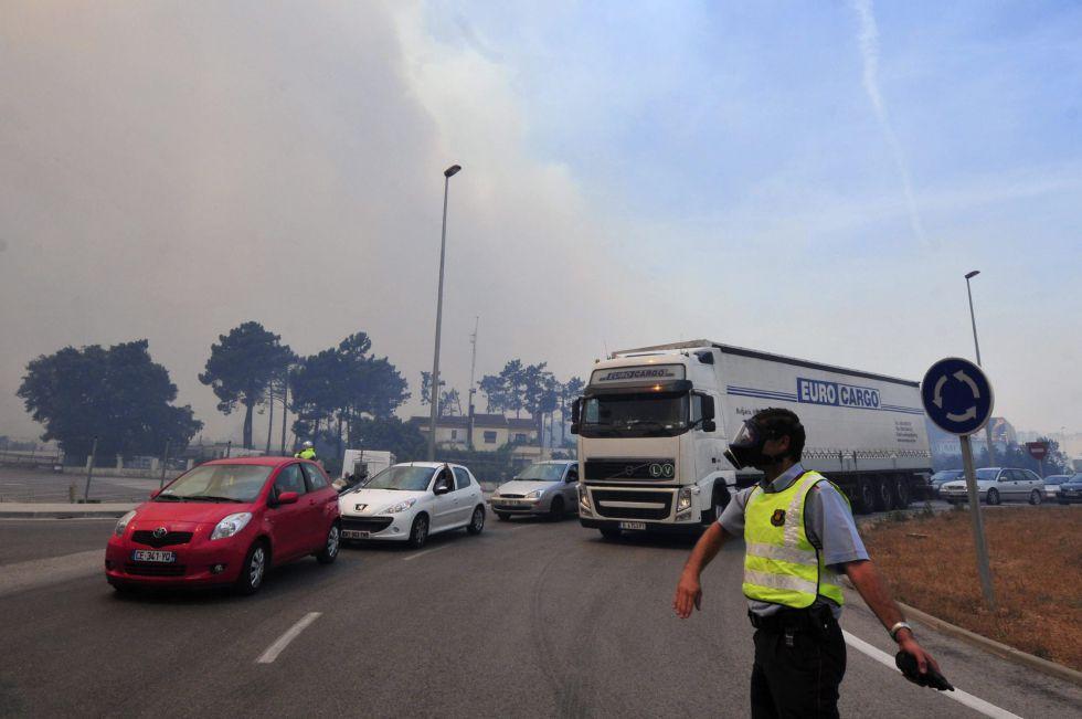 Varios vehículos procedentes de la AP-7 son desviados después de cortar al tráfico la circulación de la autopista en ambos sentidos, como consecuencia del incendio forestal declarado en La Jonquera (Girona).