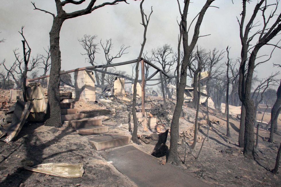 Una casa calzinada en el incendio forestal de la Jonquera a su llegada a Campmany (Girona).
