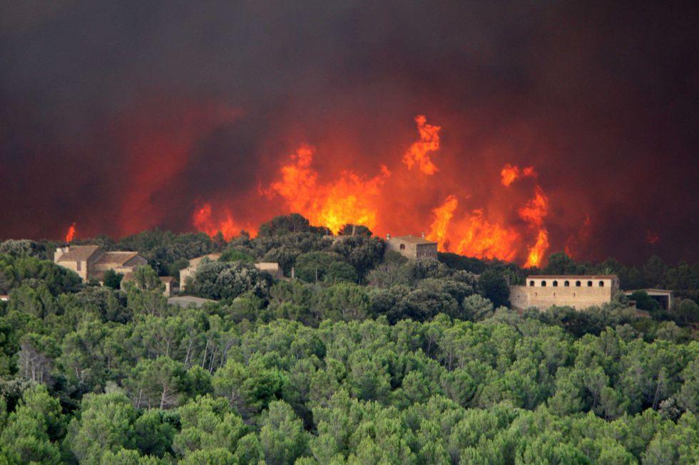 Las llamas llegan a Palau Surroca.