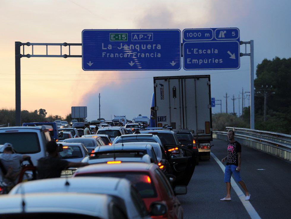 Cientos de vehículos parados en la AP-7, a la altura de La Junquera, Girona.