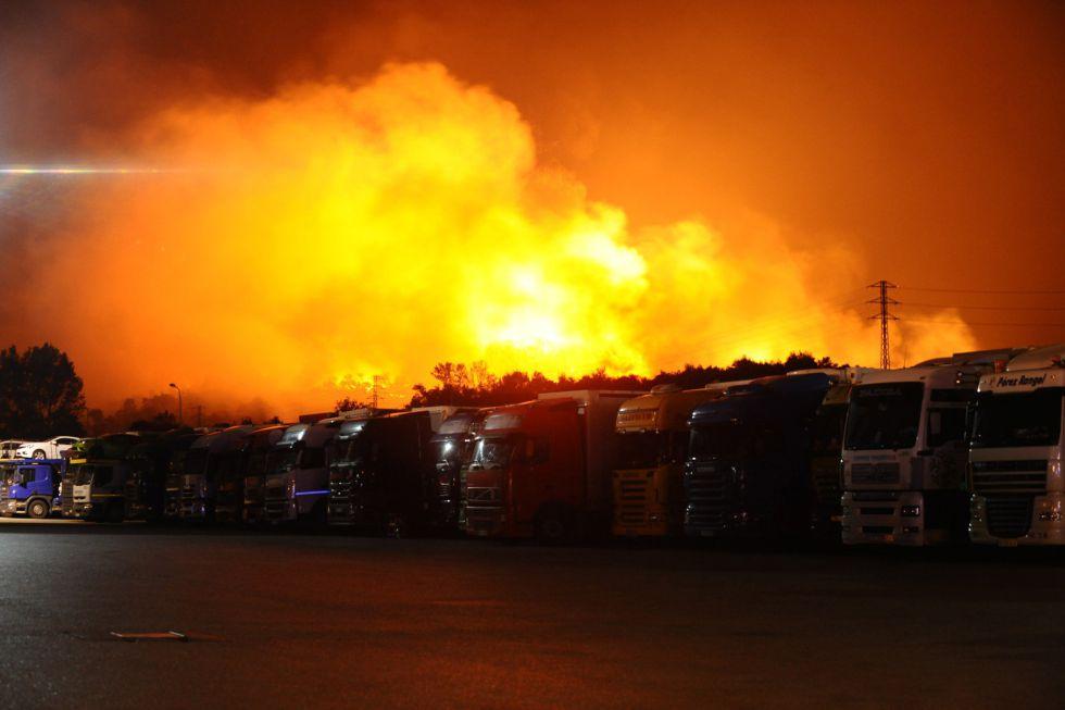 Llamas junto a los camiones estacionados cerca de Figueras el 23 de julio de 2012.